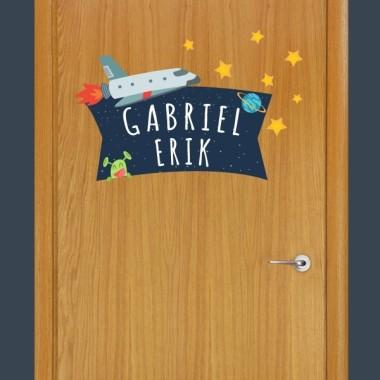 Astronauta - Nombre para puertas Vinilo infantil Vinilos con nombre Original vinilo para poner el nombre de los pequeños en las puertas de sus habitaciones. Tamaño de la lámina y montaje 1 nombre:30x20 cm 2 nombres: 30x26 cm  vinilos infantiles y bebé Starstick