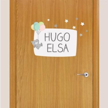 Osito con globos - Nombre para puertas Vinilo infantil Vinilos para puertas Vinilo de puerta a juego con el vinilo del tierno osito con globos. Se puede personalizar con 1 o 2 nombres. Tamaño de la lámina y montaje 1 nombre: 30x20 cm 2 nombres: 30x24 cm  vinilos infantiles y bebé Starstick