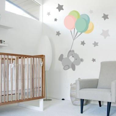 Vinilo bebé Tierno osito con globos Vinilos infantiles Bebé Vinilo de pared para bebés con un tierno osito volando con globos. Un vinilo infantil perfecto para habitaciones de bebés. Medidas aproximadas del vinilo montado (ancho x alto) Básico: 70x50 cm Pequeño:120x80 cm  Mediano:160x100 cm  Grande:230x130 cm  Gigante: 320x175 cm  AÑADE UN NOMBRE AL VINILO DESDE 9,99€  vinilos infantiles y bebé Starstick