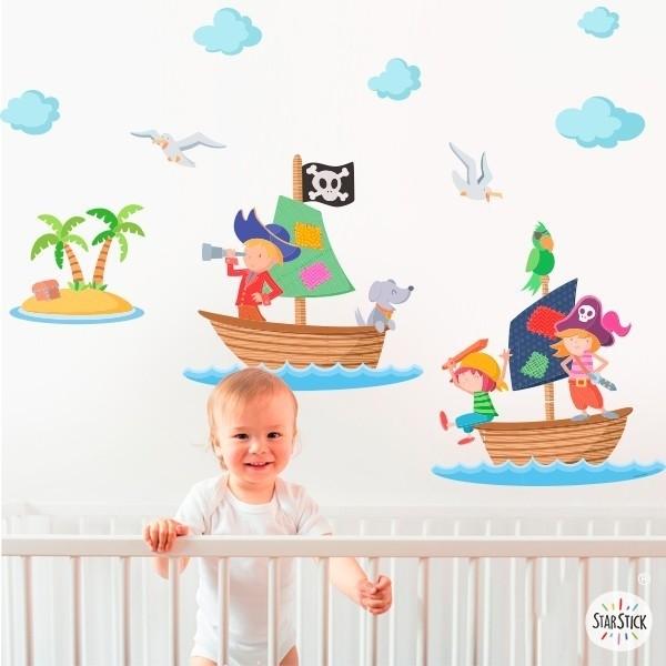Barquetes pirates - Vinils infantils Vinils nadó Vinil per a nens i nadons amb dos barquetes pirates. Vinils decoratius de paret amb dibuixos exclusius de StarStick i impresos en vinil de gran qualitat.  Mides aproximades del vinil enganxat (ample x alt) Bàsic:70x40cm Petit:100x50 cm Mitjà:145x80 cm Gran:200x105cm Gegant:250x150 cm  AFEGEIX UN NOM AL VINIL DES DE 9,99 €  vinilos infantiles y bebé Starstick