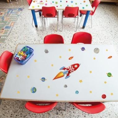 Fusée - Stickers lavables Stickers lavables Sticker résistant et lavable. Taille de la feuille:30x30cm Fuseé: 19,5x26 cm Etoiles: Entre 1,5x1,5 cm et 3x3 cm Lune: 5,5x5,5 cm Terre: 5,6x5,6 cm vinilos infantiles y bebé Starstick