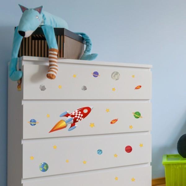 Cohete - Vinilo lavable Vinilos lavables Vinilo compuesto por un cohete, estrellas y astros. Vinilo en formato laminado resistente al agua.Ideal para decorar y personalizar cualquier superficie lisa. Redecora tus paredes, juguetes, mesas, mamparas... Medidas del vinilo Tamaño de la lámina:30x30 cm Cohete: 19,5x26 cm Estrellas: Entre1,5x1,5 cm y 3x3 cm Luna: 5,5x5,5 cm Tierra: 5,6x5,6 cm      vinilos infantiles y bebé Starstick