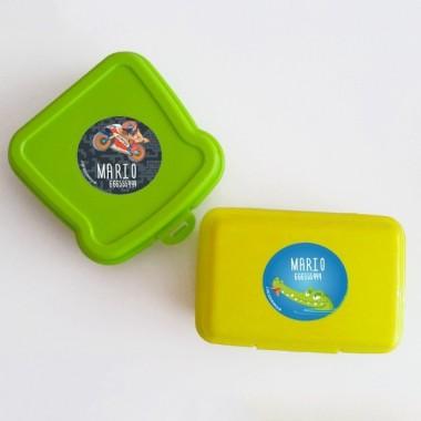 Étiquettes personnalisées. Rondes grand - Modèle 4 Étiquettes personnalisées Vous pouvez personnaliser tout ce que vous voulez avec les étiquettes StarStick.Étiquettes de grande qualité est résistante à l'eau. Bouquins, cahiers, biberons, gourdes, boîtes à tartines...En plus d'utiles les étiquettes StarStick, sont le plus chic. Matériau:Sticker autocollantpelliculage Dimensions: 55 mm de diamètre Unités: Lots de 6, 12 ou 24 étiquettes Lignes imprimables: 2 vinilos infantiles y bebé Starstick