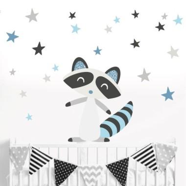 Raccoon style nordique -  Stickers Scandinave Sticker muraux chambre bébé Dimensions approximatives (largeur x hauteur) Petit: 120x85 cm Moyen: 160x110 cm Grand: 250x170 cm Géant: 320x250 cm  AJOUTER UN PRÉNOM À PARTIR DE 9,95 € vinilos infantiles y bebé Starstick