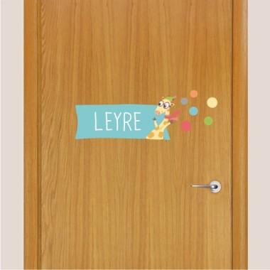 Jirafa. Avión con animales - Nombre para puertas Vinilo infantil Vinilos para puertas Adhesivo decorativo para pegar en las puertas de las habitaciones. Vinilo con un divertido avión lleno de animales que reparten confeti. Se puede personalizar con uno o dos nombres. Tamaño de la lámina y montaje 1 nombre: 35x12 cm 2 nombres: 35x13,5 cm vinilos infantiles y bebé Starstick