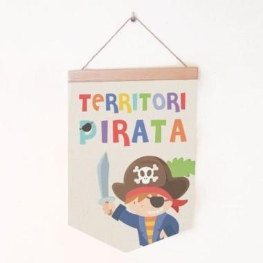 """Banderolas infantiles - Territorio Pirata Banderolas bebé Banderola infantil, súper original y divertida con el lema """"Territorio Pirata"""" Fantásticas banderolas de canvas con un soporte de madera.   Medidas (ancho x alto) Mediano:19,5x29 cm Grande:24x35 cm   vinilos infantiles y bebé Starstick"""