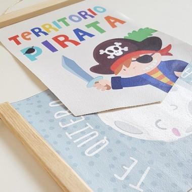 """Banderoles infantils - Territori pirata Banderoles infantils Banderola infantil, súper original i divertida amb el lema """"Territori Pirata"""" Fantàstiques banderoles de canvas amb un suport de fusta.    Mides (ample x alt) Mitjà:19,5x29 cm Gran:24x35 cm  vinilos infantiles y bebé Starstick"""