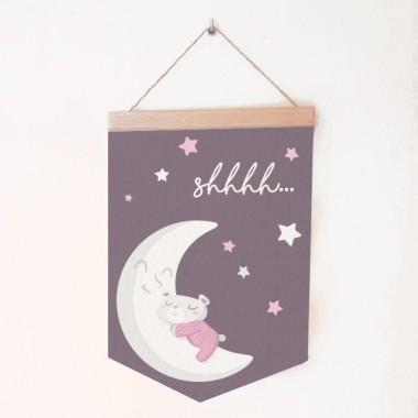 Banderoles nadons - Osset a la lluna Banderoles Banderola de loneta amb un dolç osset dormint a la lluna. Un gran detall decoratiu per a habitacions de nadons.  Mides (ample x alt) Mitjà:19,5x29 cm Gran:24x35 cm  vinilos infantiles y bebé Starstick