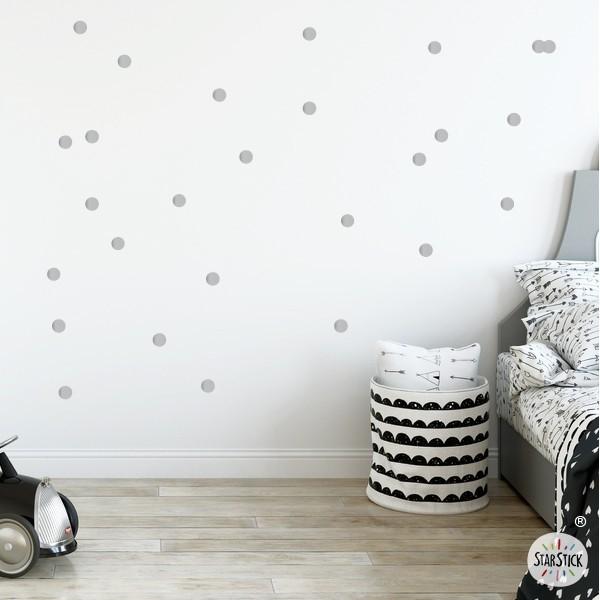 Sticker dots - Mini confettis argent Stickers triangle et dots Les Tailles 72 confettis Taille de la feuille: 60x20 cm Taille des dots: 2,5 cm de diamètre chacune AJOUTER UN PRÉNOM À PARTIR DE 9,95 € vinilos infantiles y bebé Starstick