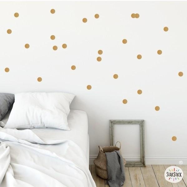 Sticker dots - Mini confettis dorés Stickers triangle et dots Les Tailles 72 confettis Taille de la feuille: 60x20 cm Taille des dots: 2,5 cm de diamètre chacune AJOUTER UN PRÉNOM À PARTIR DE 9,95 € vinilos infantiles y bebé Starstick