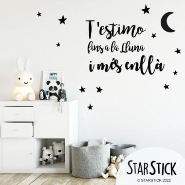 """Vinilos bebé con textos - Te quiero hasta la luna y vuelta Vinilos textos y frases Vinilos de pared para decorar habitaciones infantiles y de bebé. Puedes escoger tamaño, color e idioma. Medidas aproximadas del vinilo montado (ancho x alto) Básico: 30x20 cm Pequeño: 50x30 cm Mediano: 60x40 cm Grande: 90x60 cm ELIGE TUS COLORES 1. Escoge los colores de la tabla 2. Escríbelos en los campos de debajo y pulsa """"Guardar"""" 3. Añade al carrito y ¡Listo! vinilos infantiles y bebé Starstick"""