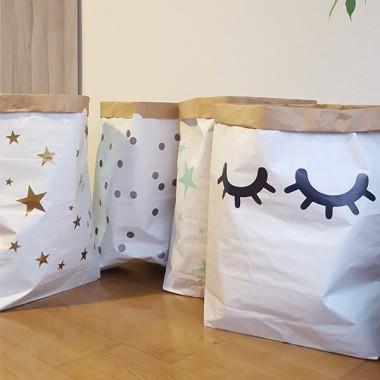 Saco organizador de papel - Saco ojitos Sacos organizadores de papel Sacos organizadores de papel, ideales ordenar juguetes, disfraces, ropa… Una fantástica idea para tener las cosas ordenadas y a la misma vez decorar las habitaciones de los peques. Sacos súper divertidos, resistentes y con gran capacidad. Tamaño del saco: 60x70x16 (ancho x alto x base)Material: 3 capas de papel kraft altamente resistente (exterior blanco e interior ocre)   vinilos infantiles y bebé Starstick