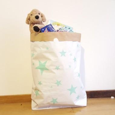 Saco organizador de papel - Estrellas de colores Sacos organizadores de papel Divertidos sacos de papel para ordenar todo tipo de materiales. Bonitos, resistentes, de gran capacidad y muy decorativos. Perfectos para los juguetes de los bebés, los disfraces de los peques, los cojines y mantas del sofá... ¡Fantásticos! Tamaño del saco: 60x70x16 (ancho x alto x base)Material: 3 capas de papel kraft altamente resistente (exterior blanco e interior ocre) vinilos infantiles y bebé Starstick
