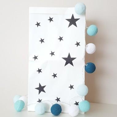 Saco organizador de papel - Estrellas negras. PEQUEÑO Sacos organizadores de papel Pequeño saco de papel para almacenar objetos. Una fantástica idea para tener las cosas ordenadas y a la misma vez decorar las habitaciones de los peques. Sacos súper divertidos, resistentes y con gran capacidad. Tamaño del saco: 31x61x16 (ancho x alto x base)Material: 2 capas de papel kraft (exterior blanco e interior ocre)   vinilos infantiles y bebé Starstick