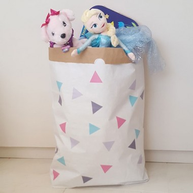 Sac organitzador de paper - Triangles rosa gris Sacs organitzadors de paper Sac organitzador de paper amb triangles combinació rosa gris. Sacs decoratius, súper resistents i molt útils. Ideals per classificar joguines, mantes, roba... A partir d'ara, tot en ordre!Mida del sac: 60x70x16 (ample x alt x base)Material: 3 capes de paper kraft altament resistent (exterior blanc i interior ocre) vinilos infantiles y bebé Starstick
