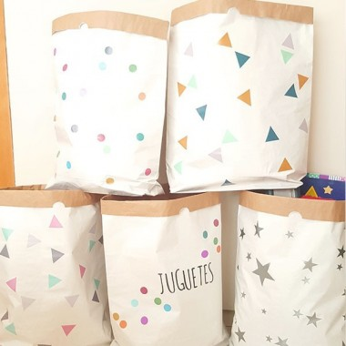Saco organizador de papel - Triángulos rosa gris Sacos organizadores de papel Saco organizador de papel con triángulos combinación rosa gris. Sacos decorativos, súper resistentes y muy útiles. Ideales para clasificar juguetes, mantas, ropa… A partir de ahora… ¡Todo en orden! Tamaño del saco: 60x70x16 (ancho x alto x base)Material: 3 capas de papel kraft altamente resistente (exterior blanco e interior ocre)   vinilos infantiles y bebé Starstick