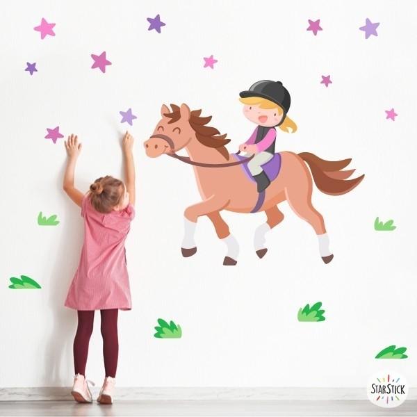 Vinil infantil - Nena genet - Cavall alatzà Vinils infantils nenes Vinil decoratiu ideal per a nenes amants dels cavalls i el món de l'hípica. Un fantàstic mural amb una feliç genet muntant a cavall i estrelles de diferents mides. Vinils infantils exclusius de StarStick.  Mides aproximades del vinil enganxat (ample x alt) Petit: 95x70 cm Mitjà:140x100 cm Gran: 170x120 cm Gegant:225x160 cm AFEGEIX UN NOM AL VINIL DES DE 9,99€    vinilos infantiles y bebé Starstick
