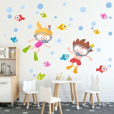 Vinil infantil - Nen bussejador Vinils Infantils Vinil infantil amb un nen bussejant en un mar ple de peixos de colors. Vinils decoratius divertidíssims i molt atractius. Per ampliar el mural, el pots combinar amb el vinil de la nena bussejadora.  Mides aproximades del vinil enganxat (ample x alt) Petit: 110x70 cm Mitjà:150x90 cm Gran: 200x150 cm Gegant:285x155 cm  AFEGEIX UN NOM AL VINIL DES DE 9,99€    vinilos infantiles y bebé Starstick