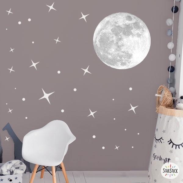 Luna real y estrellas – Vinilo decorativo de pared Vinilos Infantiles Vinilo decorativo de pared con una luna realista y estrellas de distintos tamaños. Espectacular vinilo para decorar habitaciones de niños y niñas. Medidas aproximadas del vinilo montado (ancho x alto) Básico: 95x70 cm Pequeño: 125x85 cm Mediano: 165x110 cm Grande:220x140 cm Gigante: 285x175 cm   AÑADE UN NOMBRE AL VINILO DESDE 9,99€ vinilos infantiles y bebé Starstick