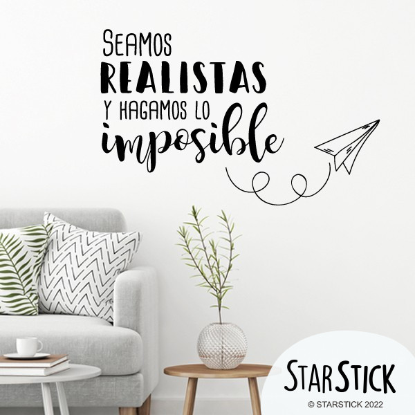 Seamos realistas y hagamos lo imposible - Stickers décoratifs phrases et citations Stickers phrase Dimensions approximatives (largeur x hauteur) Petit: 60x30 cm Moyen: 84x50 cm Grand: 120x83     vinilos infantiles y bebé Starstick