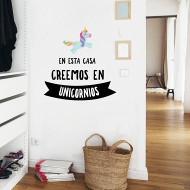 En esta casa creemos en unicornios - Vinils decoratius cites i frases cèlebres