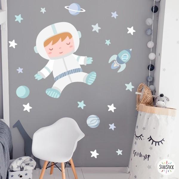 Astronauta baby. Turquesa - Vinil decoratiu per a nadons Vinils Infantils Vinil infantil per decorar de manera molt dolça i original les habitacions dels nadons. El mural inclou un astronauta i tots els elements que l'envolten. Ideal per omplir i donar color a qualsevol paret.  Mides aproximades del vinil enganxat (ample x alt) Bàsic: 70x45 cm Petit: 110x55 cm Mitjà:120x80 cm Gran: 185x110 cm Gegant: 300x175 cm AFEGEIX UN NOM AL VINIL DES DE 9,99€    vinilos infantiles y bebé Starstick