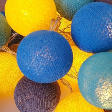 Guirnalda de luz - Mostaza Guirnaldas decorativas Guirnalda de luz con bolas de algodón hechas a mano, en tonos de color mostaza, azul y gris. Ideales para habitaciones infantiles, recibidores... 20 bolas de algodón de 6 cm de diámetro cada unaColor: mostaza, azul y gris3 metros de cable desde la primera hasta la última bola1 metro de cable desde la última bola hasta la caja de pilas FUNCIONA CON 3 PILAS AA NO INCLUIDAS vinilos infantiles y bebé Starstick