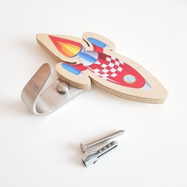 Colgador infantil - Cohete Colgadores Colgador infantil de madera de abedul en forma de cohete. Colgadores decorativos ideales para combinar con vinilos murales a juego. Tamaño del cohete: 13x5,5 cm Material: Silueta de madera de abedul y gancho de acero   vinilos infantiles y bebé Starstick