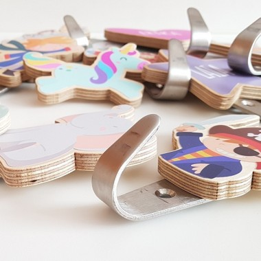 Penjador infantil - Cor Penjadors Penjador infantil en forma de cor. Hi ha diferents colors a escollir i es poden personalitzar amb el nom. Penjadors de disseny, originals i exclusius de la marca StarStick. Productes de decoració infantil de gran qualitat.Mida del cor: 10x10cmMaterial: Silueta de fusta de bedoll i ganxo d'acer vinilos infantiles y bebé Starstick