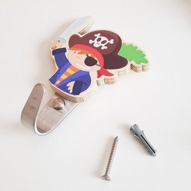 Penjador infantil - Pirata Penjadors Penjador de fusta amb un divertit pirata. Penjadors de disseny, pràctics i originals per a habitacions infantils. Es poden combinar amb vinils de paret i amb altres penjadors personalitzats. Producte fet a mà.Mida del pirata: 5,5x8,5 cmMaterial: Silueta de fusta de bedoll i ganxo d'acer vinilos infantiles y bebé Starstick