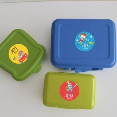 Etiquetas multiuso. Redondas grandes - Modelo 26 Etiquetas multiuso redondas - Grandes Personaliza todo lo que quieras con las etiquetas redondas de StarStick. Etiquetas de gran calidad y resistentes al agua. Libros, vasos, cantimploras, biberones, fiambreras… ¡Además de útiles las etiquetas de StarStick son de lo mas chic! Material:Vinilo plastificado mate Tamaño de cada etiqueta:5,5 cm de diámetro Unidades: Packs de 6, 12 o 24 etiquetas Líneas imprimibles: 2 vinilos infantiles y bebé Starstick