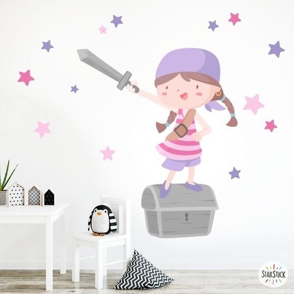 Súper nena pirata - Lila - Vinils infantils Vinils nadó Fantàstic vinil de paret amb una valenta nena pirata, un cofre del tresor i estrelles decoratives. Meravellosos vinils per decorar, amb molt d'afecte, les habitacions de nenes i nadons. Mides aproximades del vinil enganxat (ample x alt) Bàsic: 70x50 cmPetit: 110x70 cmMitjà: 160x95 cmGran: 190x150 cmGegant: 240x170 cm  AFEGEIX UN NOM PER EL VINIL DE 9,99€   vinilos infantiles y bebé Starstick